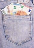 Euro banconote in tasca grigio scuro dei jeans Fotografia Stock