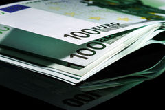 100 euro banconote in una fila Immagini Stock