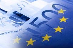 Euro bandiera Euro soldi Euro valuta Bandiera di Unione Europea d'ondeggiamento variopinta su un euro fondo dei soldi Fotografia Stock Libera da Diritti