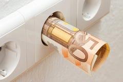 Euro bankbiljet in contactdoos Stock Fotografie