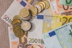 Euro bankbiljet en euro muntstuk Stock Afbeeldingen