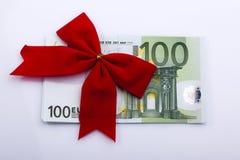 Euro bankbiljet met rood lint Stock Afbeelding