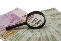 Euro bankbiljet onder vergrootglas Stock Fotografie