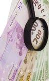 Euro bankbiljet onder vergrootglas Royalty-vrije Stock Foto's