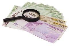 Euro bankbiljet onder vergrootglas Royalty-vrije Stock Afbeeldingen