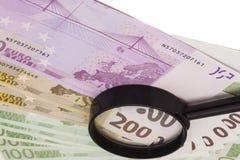Euro bankbiljet onder vergrootglas Royalty-vrije Stock Afbeelding