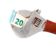 euro bankbiljet 20 op de regelbare moersleutel van de buigtangpijp Stock Foto's