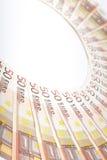 Euro bankbiljetten die in een halve cirkel worden geschikt Royalty-vrije Stock Foto's