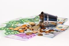 Euro bankbiljetten, dollars en emmer met Russisch geld Stock Afbeeldingen