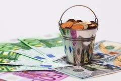 Euro bankbiljetten, dollars en emmer met Russisch geld Royalty-vrije Stock Foto