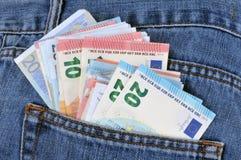 Euro bankbiljetten in een jeanszak royalty-vrije stock fotografie