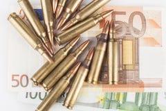 Euro Bankbiljetten en Bulets Stock Afbeeldingen