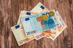 Euro bankbiljetten en euro muntstukken Royalty-vrije Stock Afbeeldingen