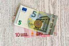 Euro bankbiljetten en euro muntstukken Royalty-vrije Stock Foto's