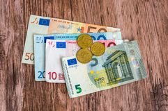 Euro bankbiljetten en euro muntstukken Stock Foto's