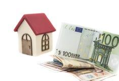 Euro bankbiljetten en klein blokhuis stock fotografie
