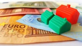 Euro Bankbiljetten en Mini Houses stock afbeeldingen