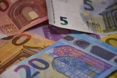 Euro bankbiljetten Euro bankbiljetten en muntstukken stock foto