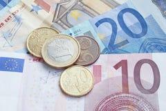 Euro bankbiljetten en muntstukken Stock Afbeelding