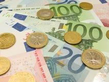 Euro bankbiljetten en muntstukken Stock Afbeeldingen