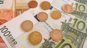 Euro bankbiljetten en muntstukken Stock Foto
