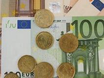 Euro bankbiljetten en muntstukken Stock Foto's