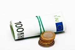 Euro bankbiljetten en muntstukken die op wit worden geïsoleerd Stock Fotografie