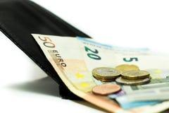 Euro bankbiljetten en muntstukken Geld in de portefeuille Economie in Europa stock foto