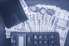 Euro bankbiljetten en muntstukken met rekeningen om te betalen Financiën en begrotingsconcept royalty-vrije stock fotografie