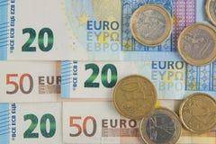 Euro bankbiljetten en muntstukkenachtergrond Stock Afbeeldingen