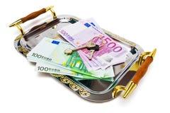 Euro bankbiljetten en sleutels op een metaaldienblad Stock Fotografie