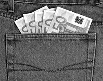 50 euro bankbiljetten in jeans in eigen zak steken zwart-wit royalty-vrije stock afbeelding