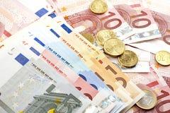 Euro bankbiljetten met muntstukken Stock Afbeeldingen