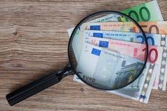 Euro bankbiljetten onder vergrootglas Stock Fotografie