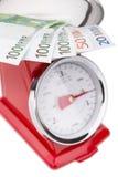 Euro bankbiljetten op de schalen Euro munt in inflatie Stock Foto's