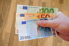 Euro bankbiljetten in witte mensenhand Loonsrekeningen met geld Muntconcept Europese Munt Royalty-vrije Stock Foto