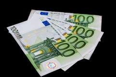 100 Euro banknotów odizolowywających na czerni Zdjęcie Royalty Free