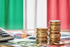 Euro banknoty i monety przed flagą państowową Włochy zdjęcie royalty free