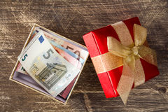 Euro banknoty wśrodku prezenta pudełka Fotografia Royalty Free