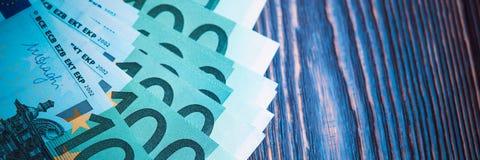 Euro banknoty w fan przy drewnianym tłem obraz stock