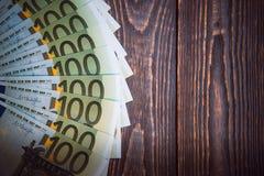 Euro banknoty w fan przy drewnianym t?em obrazy stock