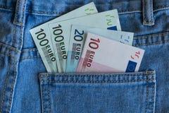 Euro banknoty w niebiescy dżinsy kieszeniowym zbliżeniu Obrazy Stock