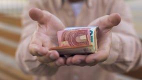 Euro banknoty w starych męskich rękach, emerytalni savings, emerytura ubóstwo, bankrut zbiory