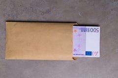 Euro in beige die envelop, op een grijze achtergrond wordt geïsoleerd royalty-vrije stock fotografie