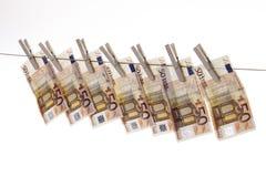 50 euro billets de banque accrochant sur la corde à linge Images stock