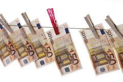 50 euro billets de banque accrochant sur la corde à linge Image stock