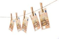 50 euro billets de banque accrochant sur la corde à linge sur le fond blanc Images stock