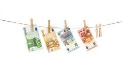 Euro billets de banque accrochant sur la corde à linge sur le fond blanc Photo libre de droits