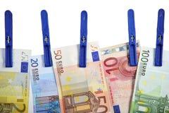 Euro billets de banque accrochant sur la ligne de blanchisserie Photos libres de droits