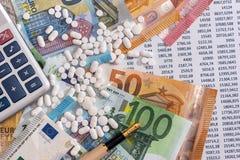 Euro billets de banque avec des pilules et calculatrice sur la d?claration de compte image stock